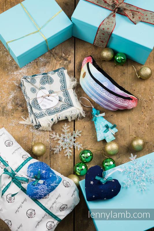 Prezentowy Zestaw Świąteczny dla Przyjaciółki - Przyjemność (LENNYSCARF - 46% BAWEŁNA ,26 % WEŁNA MERINO, 5 % KASZMIR, 23 % WISKOZA BAMBUSOWA; Saszetka - 100% bawełna; ozdoba świąteczna - 100% bawełna) #babywearing