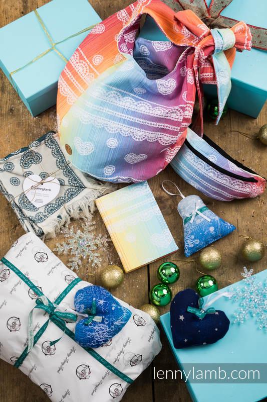 Prezentowy Zestaw Świąteczny dla Przyjaciółki - Pasja (LENNYSCARF - 46% BAWEŁNA ,26 % WEŁNA MERINO, 5 % KASZMIR, 23 % WISKOZA BAMBUSOWA; Saszetka - 100% bawełna; ozdoba świąteczna - 100% bawełna, Kalendarz, Torba Hobo - 100% bawełna) #babywearing