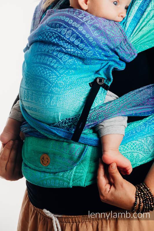 LennyHybrid Half Buckle Tragehilfe, Größe Standard, Jacquardwebung, 100% Baumwolle - PEACOCK'S TAIL - FANTASY #babywearing
