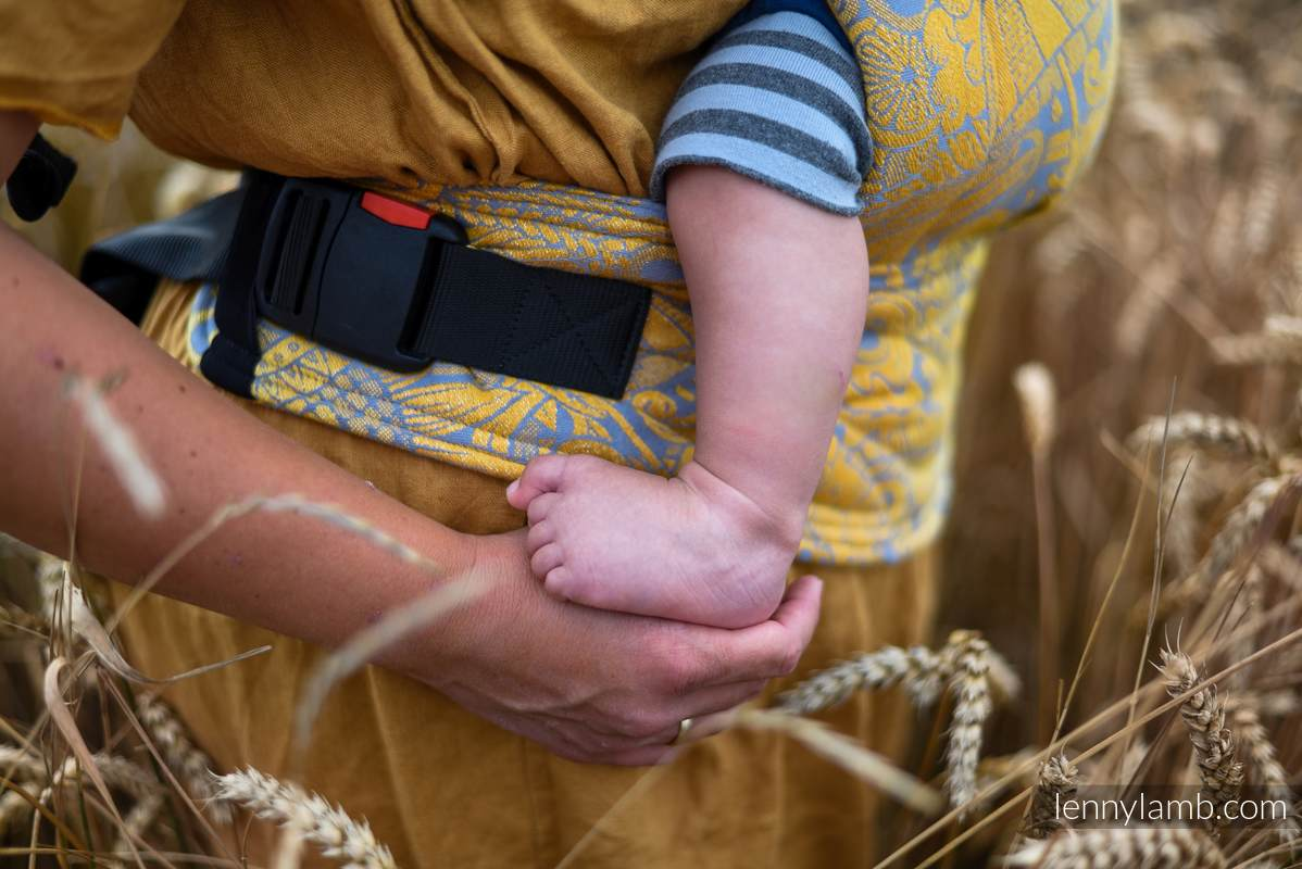 LennyGo Ergonomische Tragehilfe, Größe Baby, Jacquardwebung, 95% Baumwolle, 5% metallisiertes Garn - HARVEST - FIELDS OF GOLD #babywearing